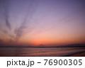 夕暮れの富士山(藤沢市江の島付近から相模湾を挟んで臨む) 76900305