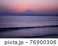 夕暮れの富士山(藤沢市江の島付近から相模湾を挟んで臨む) 76900306