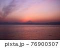 夕暮れの富士山(藤沢市江の島付近から相模湾を挟んで臨む) 76900307