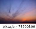 夕暮れの富士山(藤沢市江の島付近から相模湾を挟んで臨む) 76900309