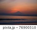 夕暮れの富士山(藤沢市江の島付近から相模湾を挟んで臨む) 76900310