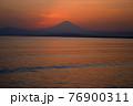夕暮れの富士山(藤沢市江の島付近から相模湾を挟んで臨む) 76900311