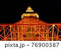 真下から見上げた夜の東京タワー 76900387