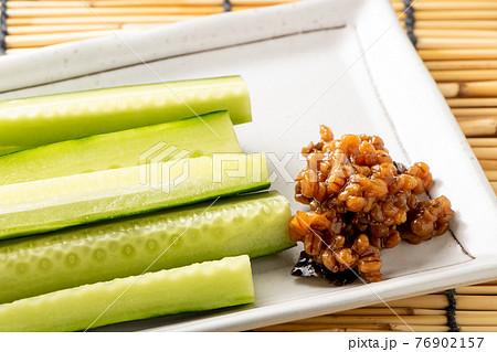 もろきゅう。もろみ味噌をきゅうりにつけて食べるおつまみ。 76902157
