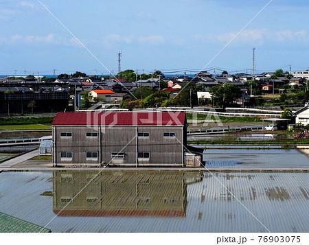 海の見える町(春の香長平野 '21) 76903075