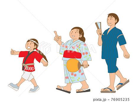 浴衣と半被で祭りを楽しむ家族 76905235