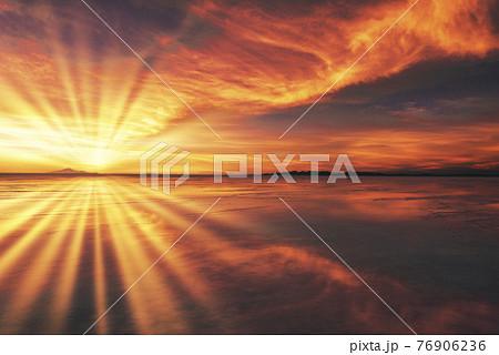 アマゾン川のサンセット風景 76906236