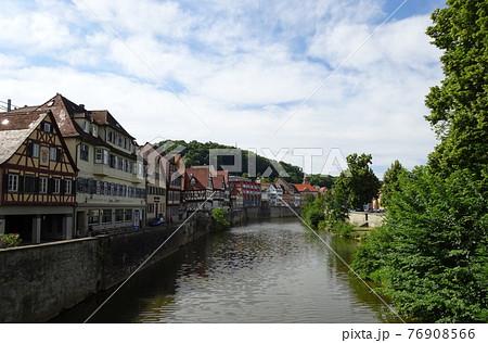 ヨーロッパの古い街並み(ドイツ・シュベービッシュハルのコッハー川沿い) 76908566