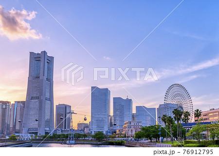 横浜桜木町の都市風景 夕焼けとランドマークタワーと観覧車 76912795