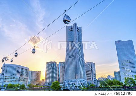横浜桜木町の都市風景 夕焼けのランドマークタワーとロープウェイ 76912796