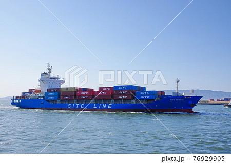 大阪港に西日をあびて入港するコンテナ船 76929905