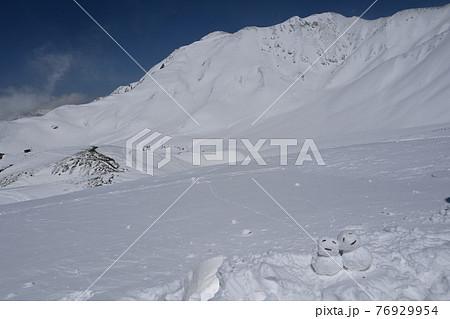 《富山県、立山黒部》立山連峰と可愛い雪だるま 76929954