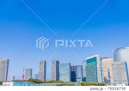 東京の都市風景 築地大橋から汐留方面のビル群 76938736