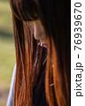 伏せ目がちな長い髪の女性 76939670