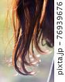 光に反射する長い髪 76939676
