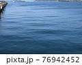 岸壁から見た青い海 76942452