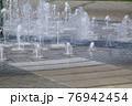 大小の高低のある噴水高速シャッターで撮る 76942454