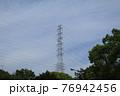青空にそびえる巨大鉄塔 76942456