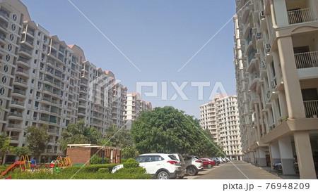 インドのアパートメントと駐車場、公園 76948209