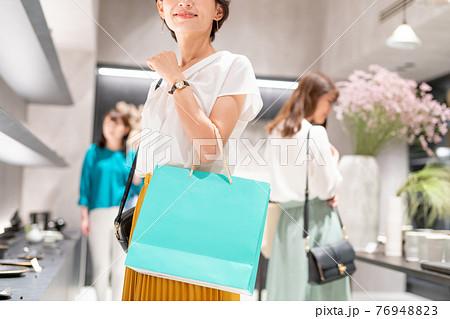 買い物をする人々 撮影協力:g GIFT AND LIFESTYLE 76948823