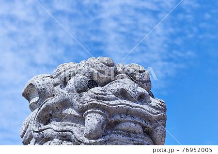 青空と白いシーサー/沖縄県与那原町 76952005