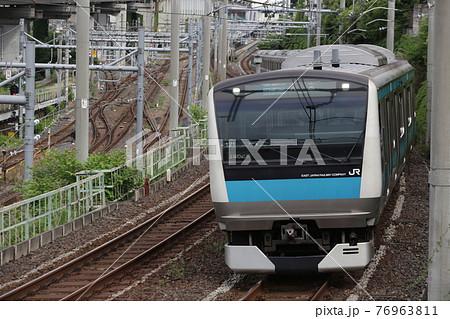 王子付近を通過する京浜東北線車両 E233系 76963811