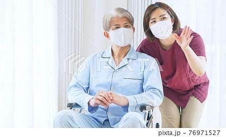 マスクをしたシニア男性エッセンシャルワーカー 76971527