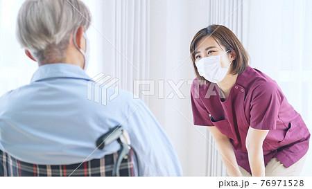 マスクをしたシニア男性エッセンシャルワーカー 76971528
