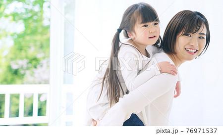 女の子をおんぶする女性 子育て・保育イメージ 76971537