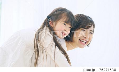 女の子をおんぶする女性 子育て・保育イメージ 76971538