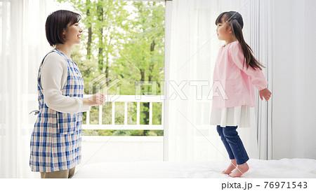飛び跳ねる女の子 子育て・保育イメージ 76971543
