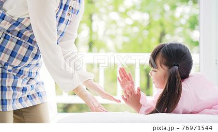 手遊び歌で遊ぶ女の子 子育て・保育イメージ 76971544