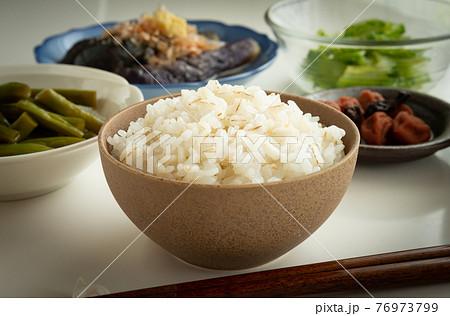 ヘルシーな麦飯 麦ごはん 健康食 76973799