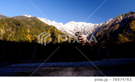 上高地の穂高連峰と大正池の空撮 紅葉 76974763