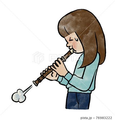 リコーダーを吹く女の子 76983222