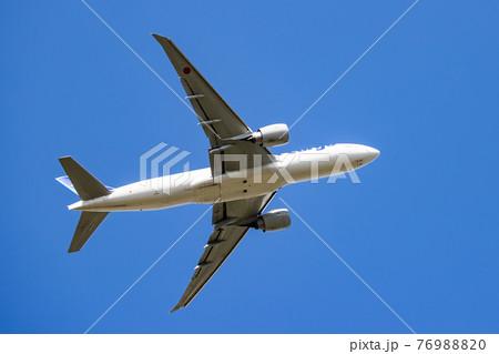 成田空港を離陸し上昇を続ける飛行機 76988820