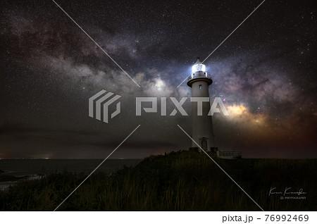 天の川を照らす灯台 76992469