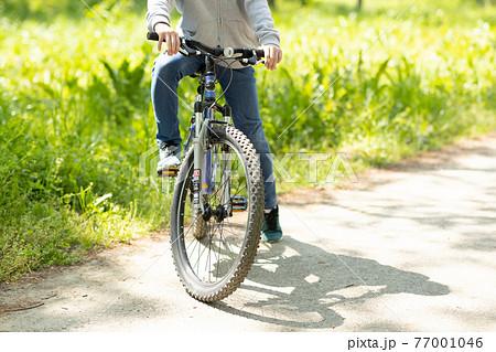 マウンテンバイクに乗る男の子 77001046