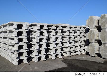 積まれた土木工事用コンクリート製品 77003494