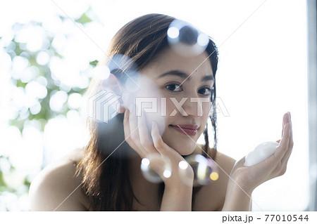 洗顔をする女性 77010544