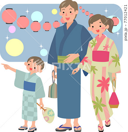浴衣を着て夏祭りに来た家族 77012421
