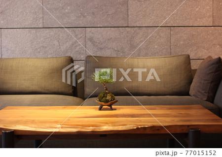 ホテルのロビーにあるテーブルとソファー 77015152