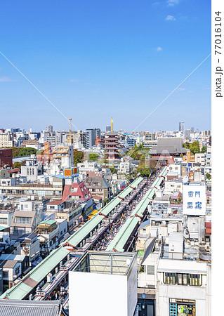 【東京都】俯瞰で見る観光客で賑わう浅草寺の仲見世通り 77016104