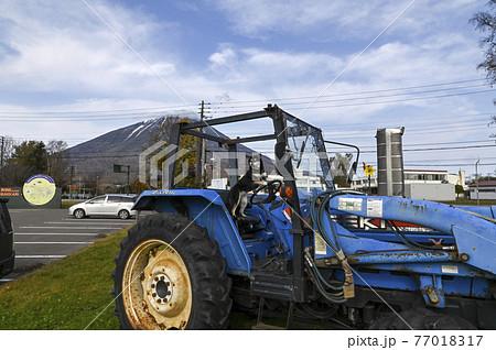 トラクターに乗車する黒柴 77018317