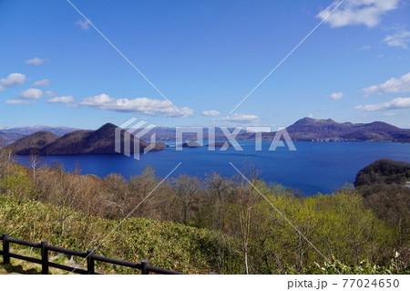 サイロ展望台から見る春の洞爺湖 77024650