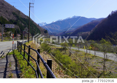 春の奥飛騨温泉郷の蒲田川沿いの景色 77032916