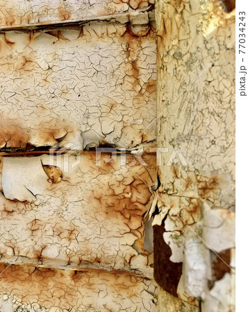 老朽化してぼろぼろの金属製の看板の一部 77034243