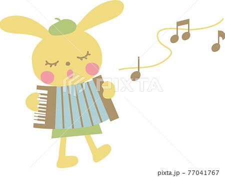 アコーディオンを演奏するうさぎ 77041767