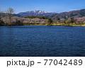 信州 長野県飯山市春の長峰スポーツ公園の針湖池の桜と斑尾山 77042489