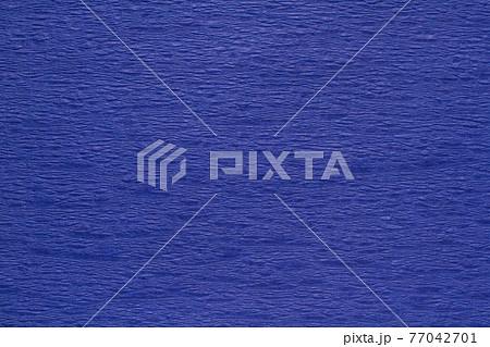 凹凸のある紙のテクスチャ 青色の背景素材 77042701